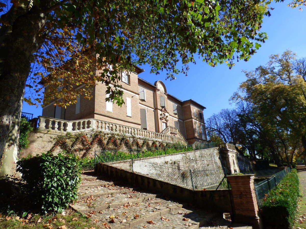 Le château de Foucaud de Gaillac, son orangerie et ses écuries.