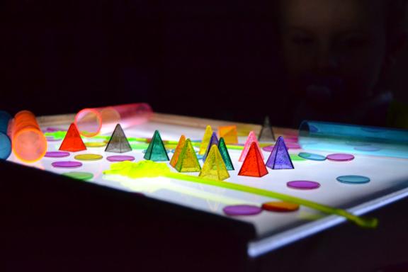 Jeu de couleurs sur table lumineuse