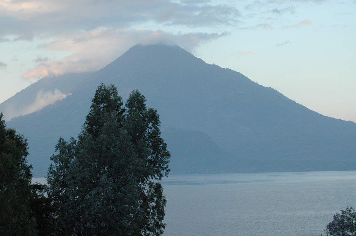 Lac Atitlàn Guatemala, le plus profond d'Amérique Centrale 340 m, qualifié de plus beau du Monde.