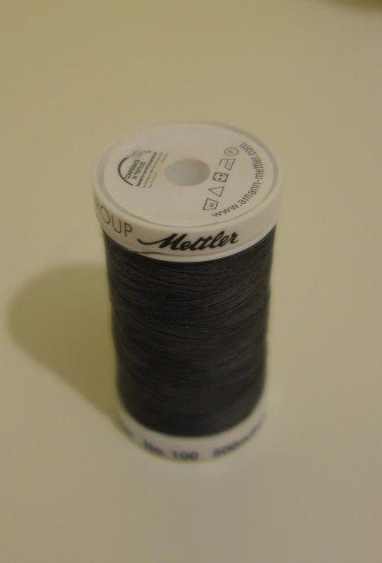 Une bobine de fil grise qui m'a déjà servie cette semaine! &#x3B;-)