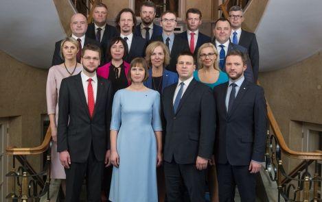 La Présidente Kaljulaid posant avec les membres du Gouvernement Ratas
