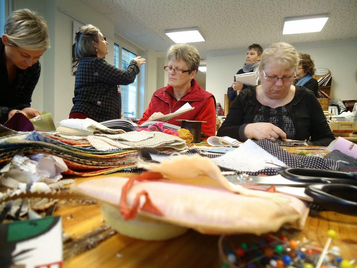 Se rencontrer pour... coudre au coude à coude. A moins que ce ne soit l'inverse. Plus de 500 personnes de tous horizons et de tous âges, mobilisées par la plasticienne Brigitte Bourdon dans une aventure artistique autour de textiles usagés, recyclés et détournés.