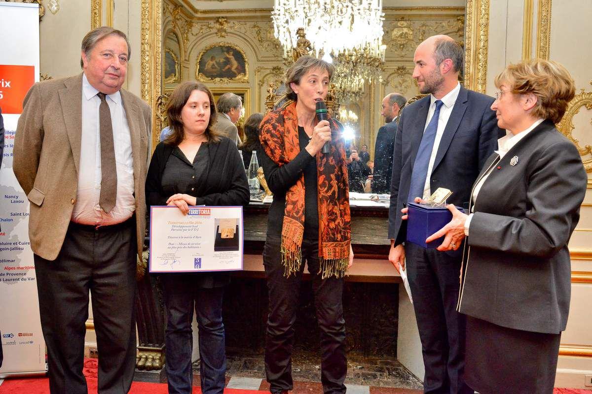 La remise du Prix Territoria d'or, catégorie Développement local, parrainé par la FDJ, à Madame Hélène Lacroix, maire d'Ayen, le 23 novembre 2016,  dans les Salons de Boffrand de la Présidence du Sénat.