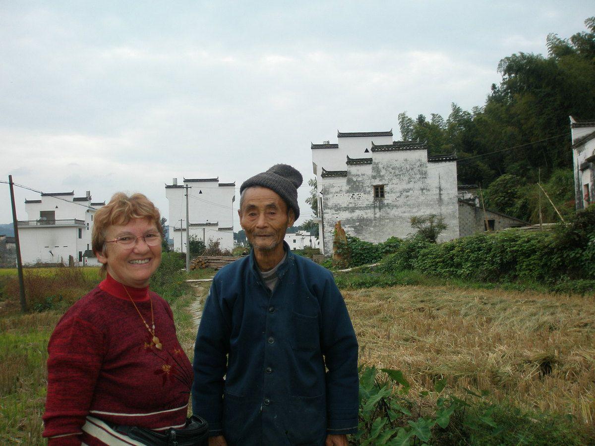 Un vieux monsieur de 87ans nous parle de son village et nous explique que c'est lui qui a planté tous les bambous qu'on voit au loin.
