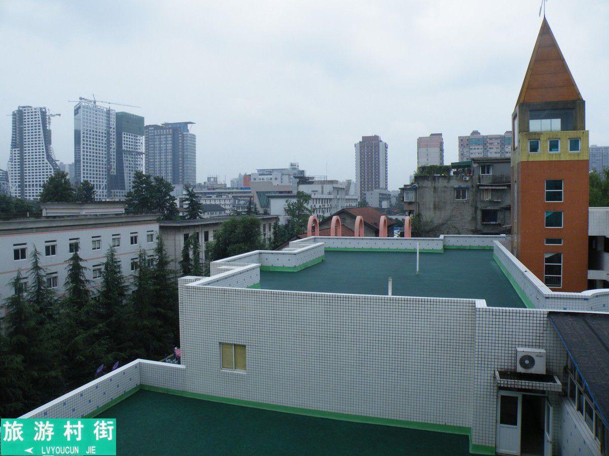 la terrasse d'une école maternelle où les enfants chantent et dansent chaque matin