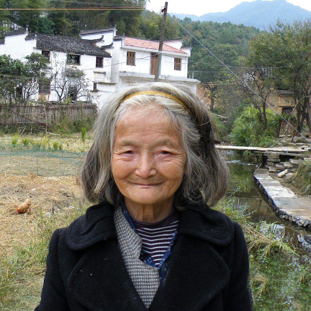Une vieille femme qui ramasse ses patates douces insiste pour nous conduire chez elle et nous en donner un sac.