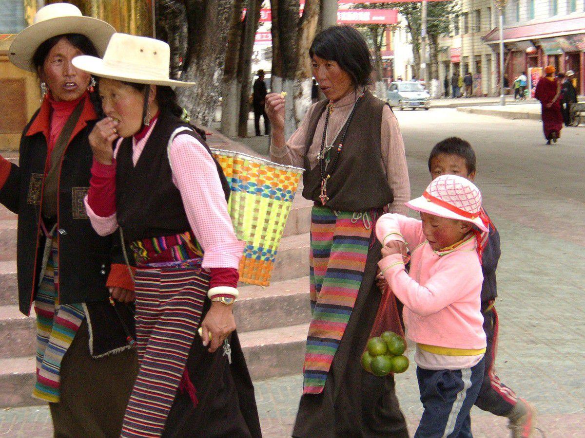 on voit aussi des chapeaux à larges bords portés par hommes et femmes
