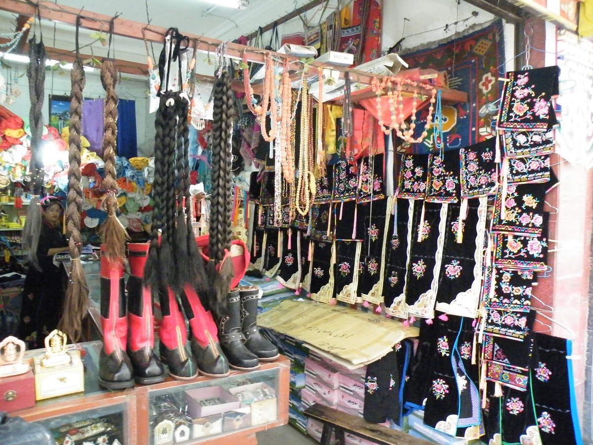 un magasin-atelier de broderies et de tresses en laine