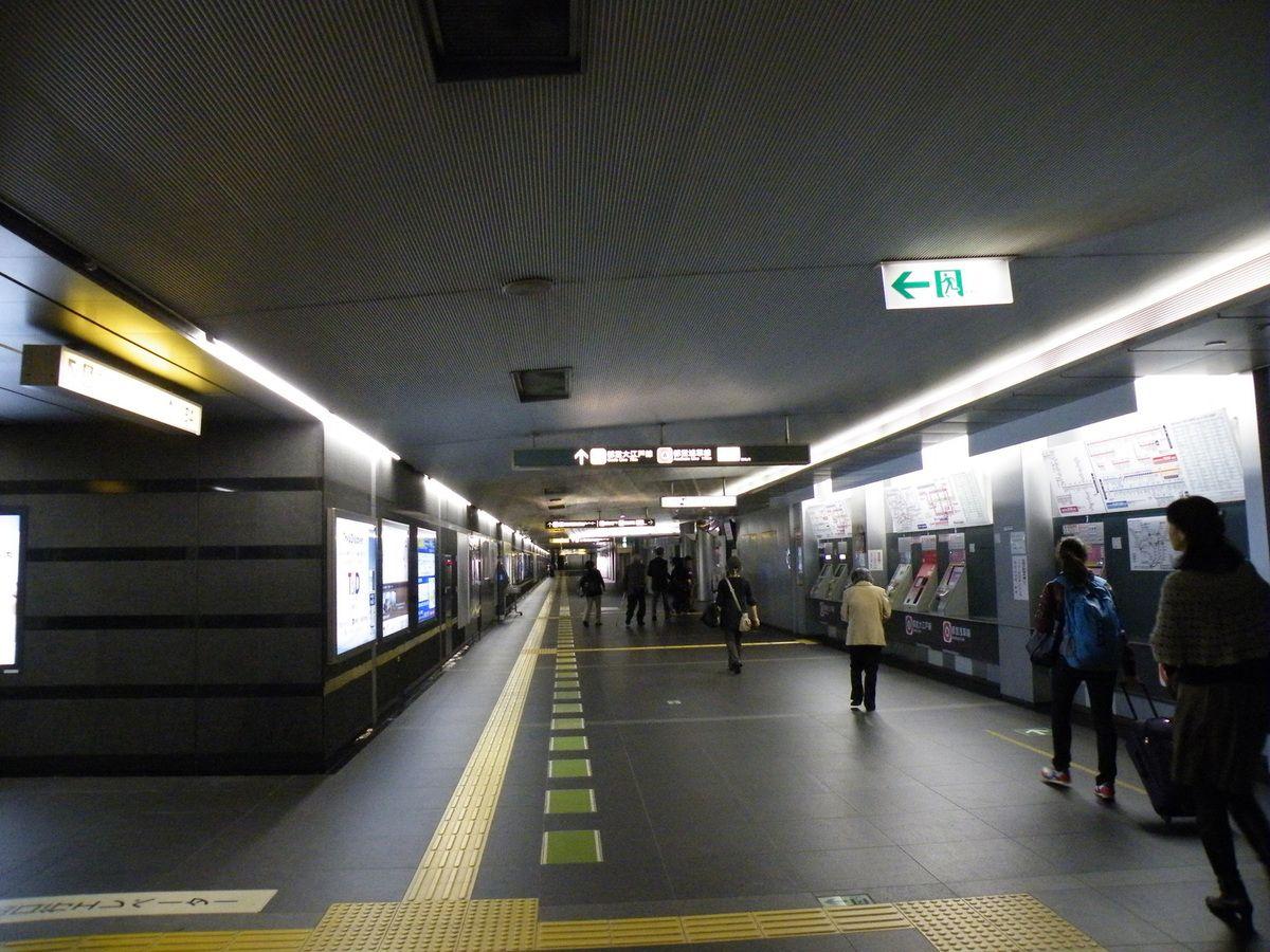 Les stations de métro sont vastes et nettes, les indications y sont claires