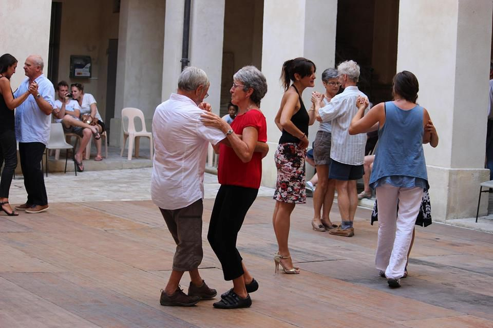 initiation au tango argentin (gratuit) dans la cour de la mairie à Uzes, chaque mardi de l'été, avec Robert Canonne et moi même.