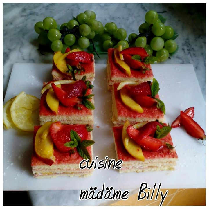 Les tranches de gâteau au fraises et pêches  شرائح الكعكة بالفراولة و الخوخ