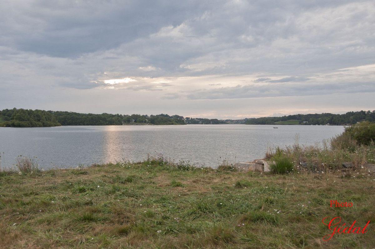 La nuit tombe doucement sur le lac.