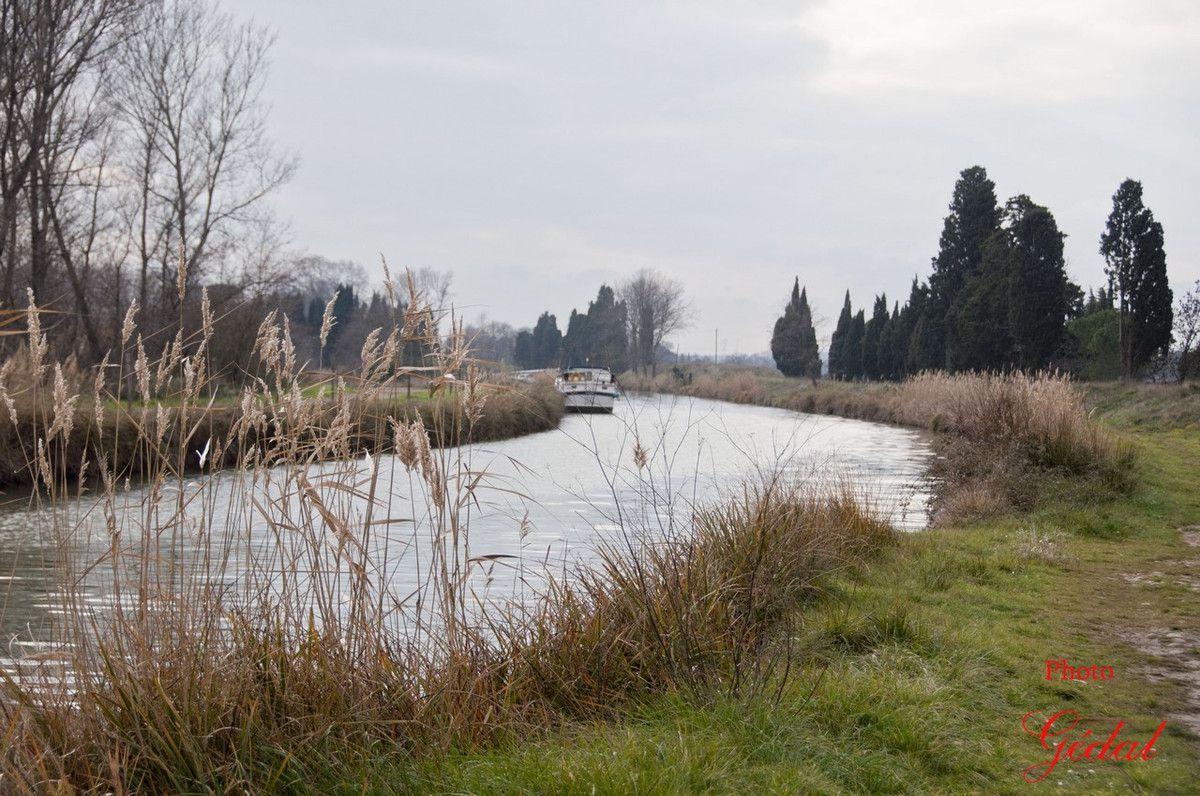 On traverse le canal en empruntant ce pont pour nous rendre à Homps par l'autre coté du canal.