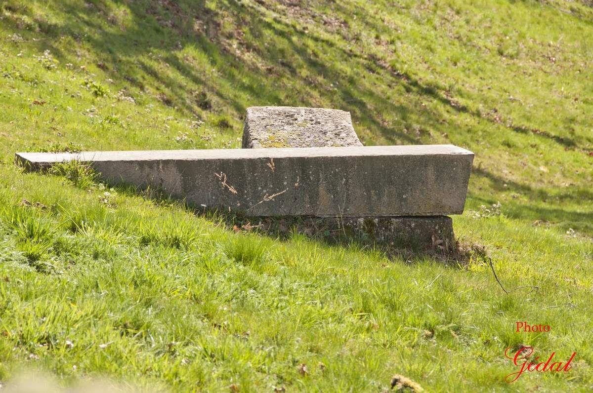 """Mickael Prentice : Sans titre 1983 """" Granit 360 X 105 X 80 cm""""."""
