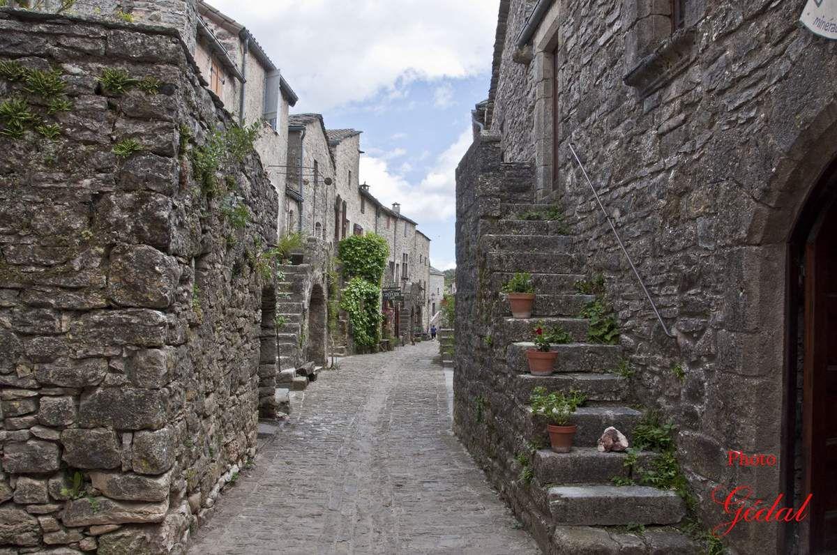Vieille rue du village.