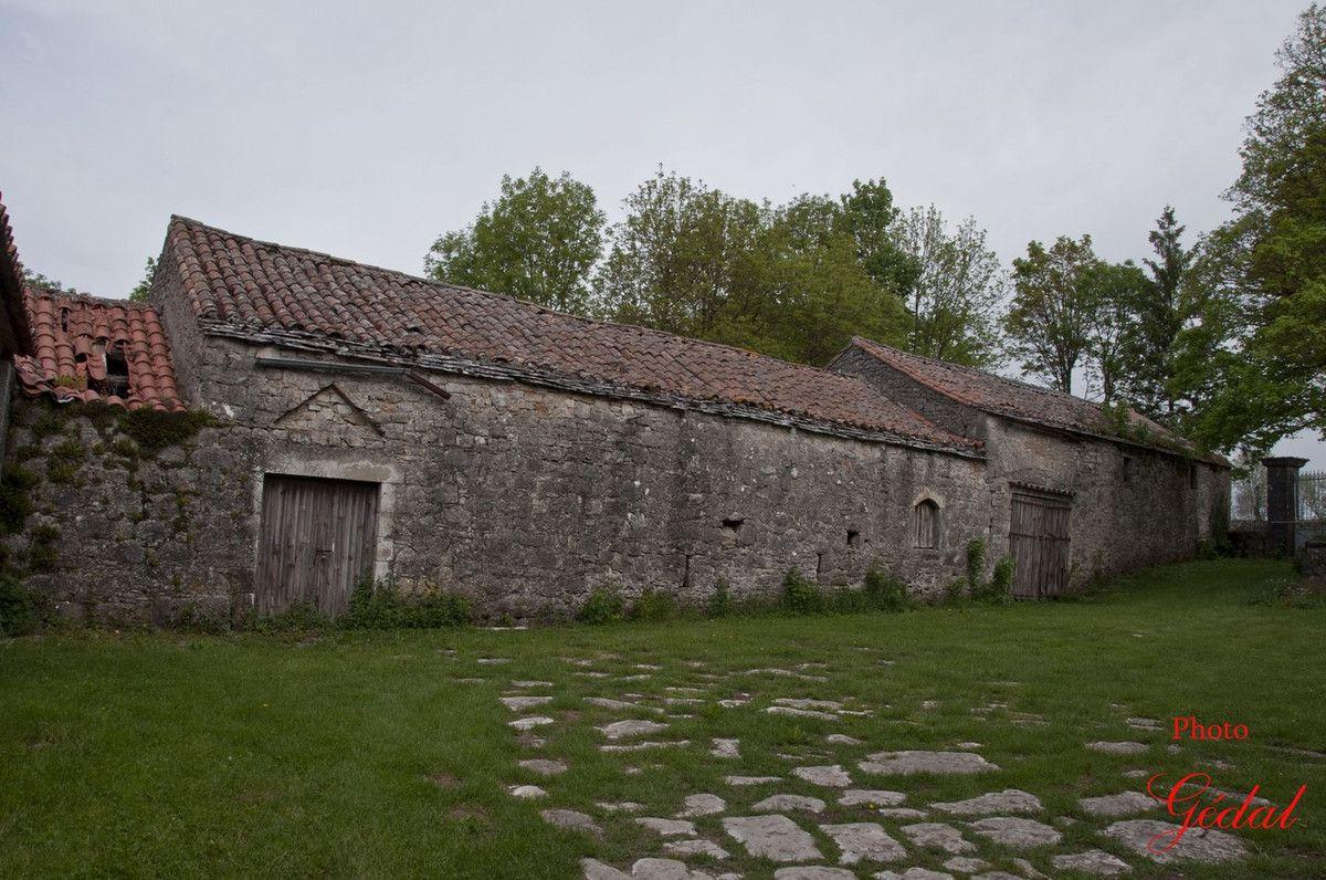 Une vieille ferme en mauvaise état.