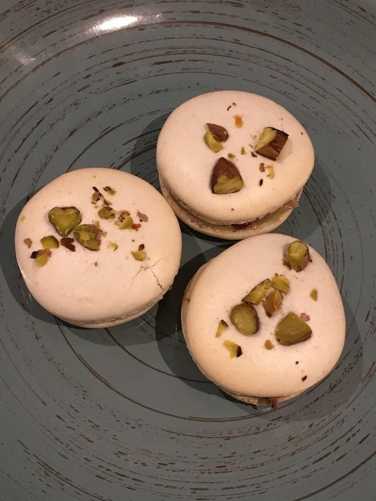 Macarons foie gras poché au vin rouge et coulis de poires gélifié