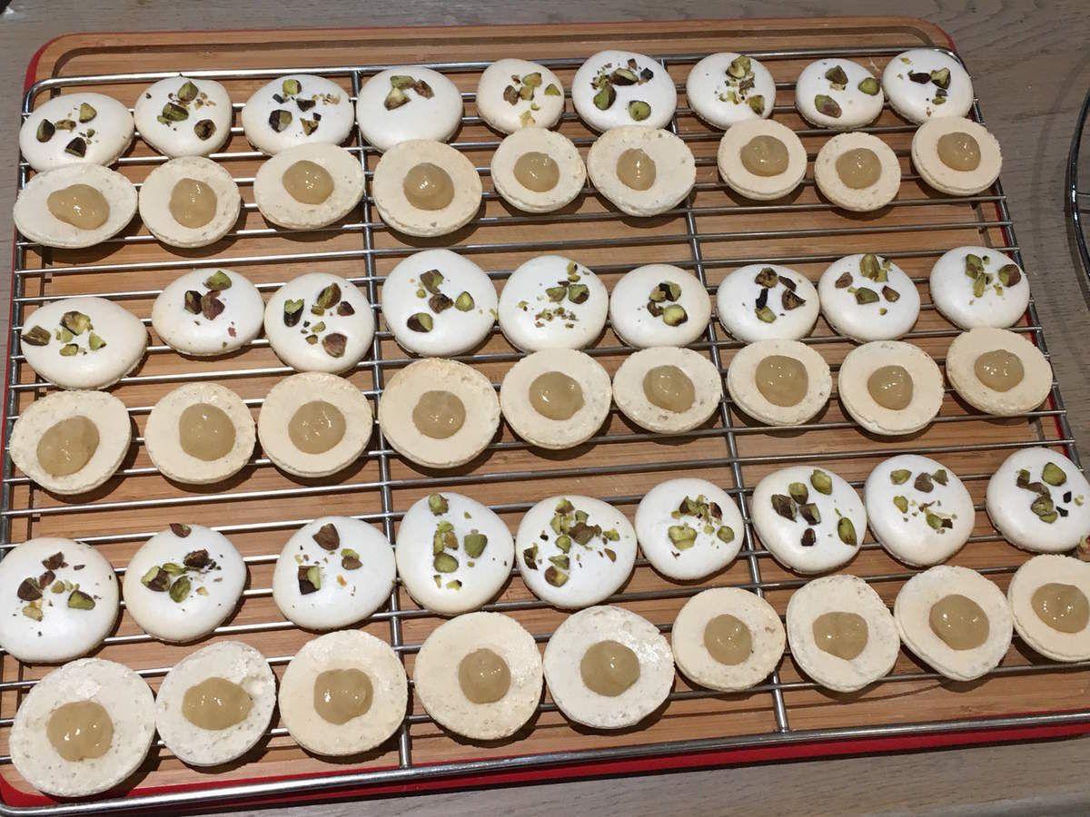 Macarons au foie gras poché au vin rouge et coulis de poire gélifié