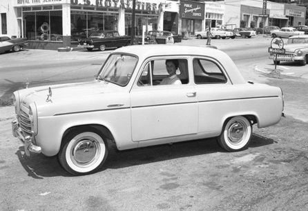 photographie : Flickr, New British Ford Anglia 100E in Tallahassee, Florida