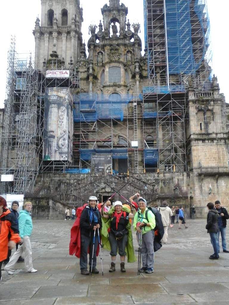 Las  peregrinas devant la cathédrale de Santiago