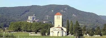 L'église romane de Valcabrère avec, en second plan, la cathédrale de St Bertrand-de-Comminges.
