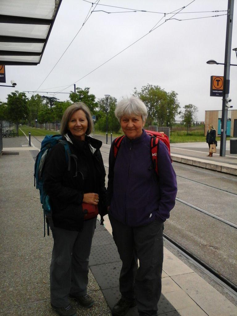 Il fait gris au petit matin à  Toulouse, sur le quai du tram qui nous amènera à l'aéroport