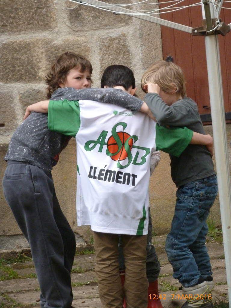 La solidarité grandit entre les garçons :)