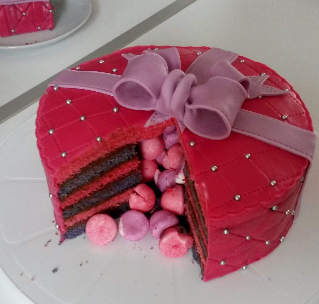 Decoration gateau fraise tagada - Gateau surprise anniversaire ...