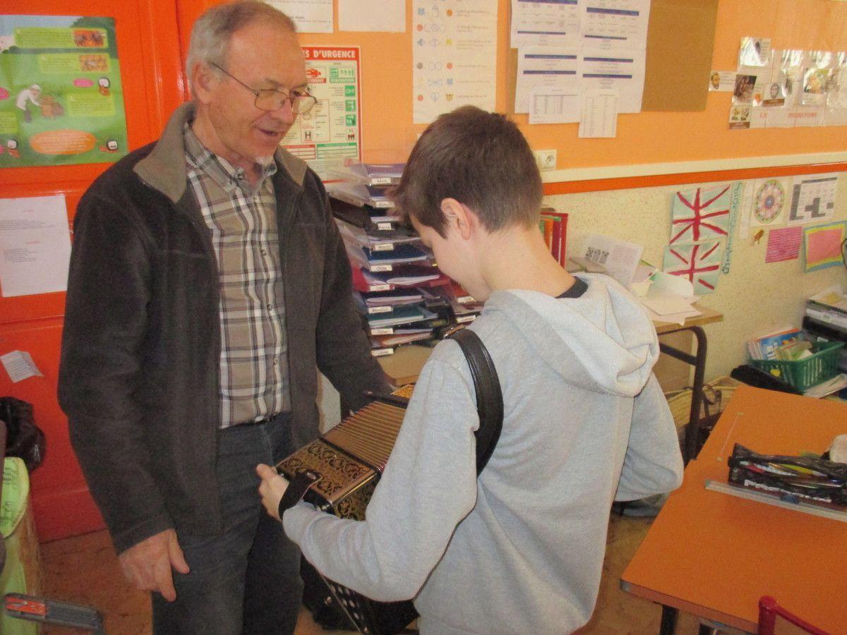 Mr Duyck nous a présenté son instrument : l'accordéon.