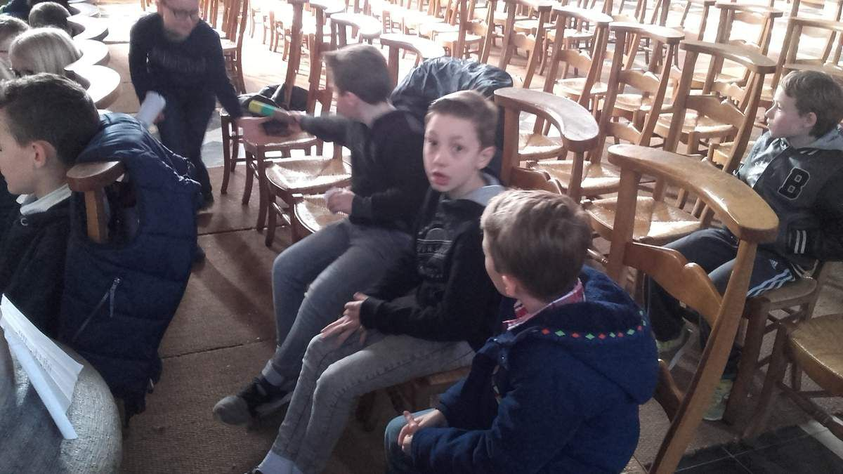 Après le goûter, toute l'école s'est déplacée à l'église pour la célébration des rameaux .