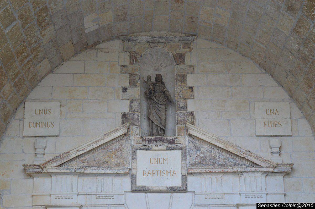 """Du haut de son promontoire d'où l'on jouit d'une vue exceptionnelle qui s'étend à l'est jusqu'aux monts d'Auvergne et au sud jusqu'aux Marches du Midi Toulousain, la citadelle a trôné, libre, pendant plus de 700 ans.  L'histoire de la Vicomté est particulièrement remarquable en ce fait qu'elle a bénéficié, grâce à de nombreuses prérogatives royales, d'une quasi indépendance à l'égard de la couronne. Elle a, sous les Comborn, abrité de nobles croisés, bénéficié sous les Roger de Beaufort, papes en Avignon, de relations puissantes, atteint, avec la Tour d'Auvergne, une réputation internationale grâce au grand """"Maréchal de Turenne"""".  Les corps de logis, démantelés, ont laissé la place à un beau jardin à la française remarquablement fleuri."""