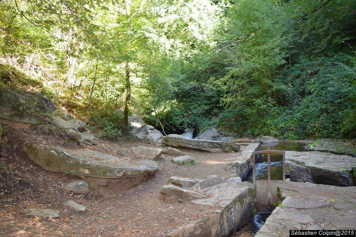 Ouvrage d'art exceptionnel du XII ème siècle d'1.5 km, tantôt creusé dans la roche, tantôt construit en encorbellement par les moines cisterciens de l'abbaye, le canal des moines court à flanc de rocher depuis sa prise d'eau sur le ruisseau du Coiroux. Il desservait viviers et moulins et apportait l'eau courante au monastère. Réouvert au printemps 2010 après une exceptionnelle campagne de restauration. Accès libre toute l'année.