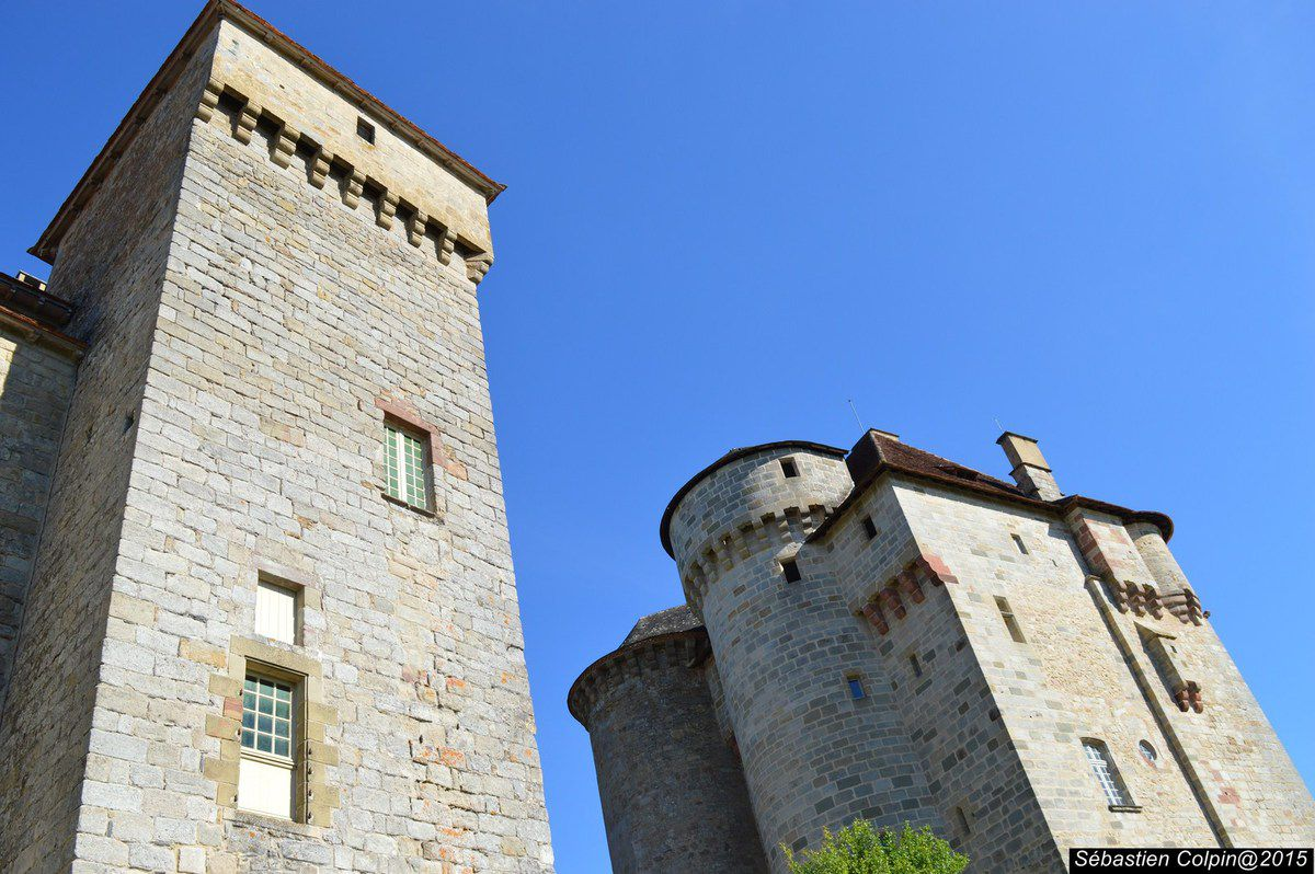 A l'extrémité sud de la Corrèze, non loin du Lot, Curemonte s'étire sur une ligne de crête en surplomb des vallées de la Sourdoire et du Maumont. Outre les tours rondes ou carrées de ses trois châteaux son église romane du XIIème, le village a conservé quelques maisons nobles et une halle datant du début du XIXe S abritant un fût de croix du XVIe S.