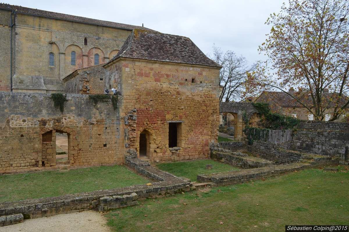 L'église de Saint-Avit-Sénieur est un édifice religieux situé sur la commune de Saint-Avit-Sénieur, dans le département français de la Dordogne. Elle est classée sur la liste du patrimoine mondial de l'Unesco en 1998, au titre des chemins de Saint-Jacques-de-Compostelle en France.  Les dimensions imposantes de cet édifice roman (55 m de long) sont dues au pèlerinage et à la notoriété de saint Avit, dont les reliques (aujourd'hui disparues) ont été transférées dans l'édifice au début du XIIeme siècle. Entre 1060 et 1065, un petit groupe de moines vit près du tombeau de saint Avit qui se trouvait dans la vallée à l'ouest de l'abbaye.  Un récit hagiographique rédigé par une personne liée à l'abbaye Saint-Martial de Limoges au XIeme siècle raconte qu'Avit serait né à Lanquais vers 487, aurait servi Alaric II et aurait combattu à la bataille de Vouillé avant de mener une vie d'ermite dans la vallée proche de Saint-Avit-Sénieur. Il serait mort en 570 et enterré dans la chapelle Notre-Dame-du-Val qu'il aurait construite.  La construction de l'abbaye est entreprise au début du XII e siècle, comme en attestent 3 inscriptions lapidaires situés dans l'avant-chœur de l'église, qui relatent les événements suivants :  La translation du corps de saint Avit dans l'abbatiale est effectuée en 1118. Guillaume II d'Auberoche, évêque de Périgueux, consacre un autel en l'honneur de saint Jean-Baptiste et saint-Jean l'Evangéliste. En 1142, Geoffroi du Louroux, évêque de Bordeaux, consacre un autel en l'honneur de Saint Jacques. L'église est sécularisée en 1292. Une traduction orale rapporte que les Albigeois auraient incendiés la prieurale au XIII e siècle.  En 1525, la partie sud-ouest de la troisième travée de l'église s'écroule. Le mur est réhabilité. Des bandes protestantes détruisent une partie du clocher nord et saccagent l'abbaye en 1577.  L'abbaye est rattachée au chapitre de la cathédrale de Sarlat en 1685. Le chœur qui avait été ruiné est fermé par un chevet plat. Le cloître et 