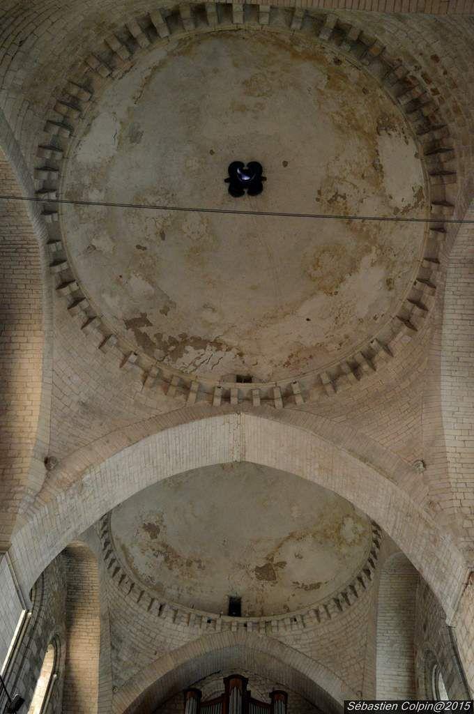 """La légende attribue la fondation de l'abbaye à saint Eloi, ministre de Dagobert au VIIe siècle. Néanmoins, l'existence de cette abbaye n'est avérée qu'au Xe. Son fondateur réel serait le comte et abbé d'Aurillac Géraud. Le nom de Souillac provient de """"souilh"""", désignant un terrain marécageux que les moines ont asséchés. L'église actuelle a été construite entre 1075 et 1150. Elle replace une église du IXe siècle dont il ne reste que la tour porche. Après une phase de prospérité, un premier déclin intervient durant la Guerre de Cent Ans. L'abbaye est fortifiée durant cette période.Un rebond, entre 1453 et 1562, est suivi d'un second déclin dû, cette fois, aux guerres de religion. Les bâtiments monastiques sont détruits en 1573. Entre 1659 et 1712, H. de la Mothe-Houdancourt, abbé et aumônier d'Anne d'Autriche, mène des restaurations. En 1790, les moines sont chassés, l'abbaye est vendue et abandonnée. En 1803, l'abbatiale devient église paroissiale. Elle est classée monument historique en 1841 et son transept est alors surélevé. Plusieurs restaurations interviennent au XIXe siècle. Les effets de celles qui avait été effectuées au XVIIe sur la coupole sont effacés par les travaux de 1932-1935."""