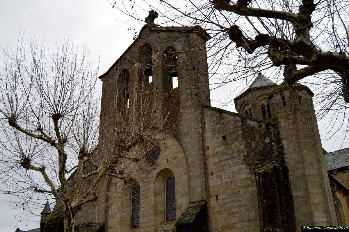 """L'église abbatiale cistercienne d'Aubazine est un édifice roman du XIIe siècle (la construction a débuté en 1156 et s'est achevée en 1190) &#x3B; c'était alors la plus grande église du Limousin avec un clocher roman unique (passage d'un plan carré à un plan octogonal par un système de gradins de pierres).  - Chœur et transept sont intacts, tandis que la nef n'a conservé que trois travées sur neuf à l'origine : au milieu du XVIIIe six travées ont été détruites par les quelques moines qui vivaient à l'abbaye et qui n'avaient plus les moyens de les sauver de la ruine...  - A voir dans l'église : le tombeau de St Étienne, l'armoire à objets liturgiques du XIIe (une des plus ancienne d'Europe), vierge de pitié du XVe en calcaire polychrome, """"La chasse"""" en émail champlevé du XIIIe siècle..."""