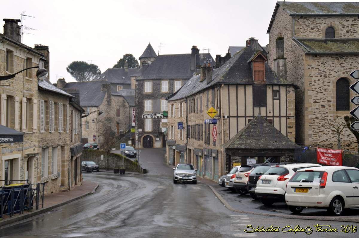 Il est possible que le site de Donzenac apparaisse dans le chartrier de Charroux en 783. En 924, le village est cité comme une villa dépendant de la vicairie d'Uzerche (in vicariâ Usercense, in villà de Donzenac dans le livre de J.-B. Champeval Cartulaire des abbayes de Tulle et de Rocamadour, 1903). On trouve le nom de Donzenaco en 930, Donsenacho en 1109. En 1183, Geoffroy, prieur de l'abbaye de Vigeois, raconte qu'une dame Garsinde fait don à l'abbaye d'Uzerche fait don du temps du roi Robert, vers l'an 1000, d'une borderie sise sur le territoire d'Yssandon, près l'église de Donzenac. Donzenac était une seigneurie épiscopale, mais l'évêque de Limoges déléguait ses pouvoirs aux seigneurs locaux. Les Malemort rendaient hommage aux évêques et se qualifiaient de barons de Donzenac. Entre 1275 et 1294, l'évêque de Limoges était Gilbert de Malemort, issu de cette famille. La famille de Malemort était liée par mariages avec les familles des seigneuries environnantes, les vicomtes de Comborn et de Turenne. Par le mariage de Galienne de Malemort avec Ebles de Ventadour cette famille devient la famille dominante à Donzenac.  Donzenac est pillée vers 1350, par les Anglais (en fait par un nommé Bacon, probablement Anglais mais au service de Jeanne de Penthievre, alliée au roi de France &#x3B; il s'agit d'un épisode collatéral de la guerre de succession de Bretagne qui commença la guerre de Cent Ans). Le futur pape Innocent VI intervint en 1351 en recommandant Donzenac au roi de France car son neveu, le cardinal Pierre de Monteruc, appartenait à une famille originaire de la ville. Géraud de Ventadour obtint en 1354 des faveurs royales pour aider la restauration de Donzenac. Ces faveurs culminèrent avec l'ordonnance de Charles V, en avril 1372.