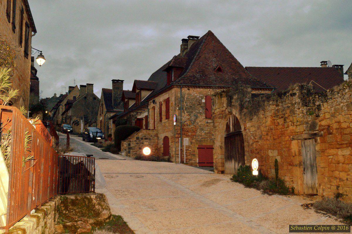 La bastide fut fondée en 1281 par Philippe le Hardi sur un plateau à l'ouest duquel existait déjà un château, alors dans les mains de la famille de Gourdon. Domme possède deux places où se pratiquait le commerce : la place de la Halle et la place de la Rode. La cité commerçante organisait des foires et obtint le privilège de battre sa propre monnaie.  On a considéré longtemps qu'en 1307 la cité devint, lors de l'arrestation des Templiers, un lieu où soixante-dix d'entre eux furent emprisonnés. Ils venaient des diocèses de Périgueux, Cahors, Rodez, Bourges, Limoges, Clermont, Angoulême et Poitiers&#x3B; et qu'ils laissèrent comme témoignage de leur passage la centaine de graffitis que l'on retrouve à la porte des Tours. On a dit à ce sujet et sans preuve que les Templiers usaient d'un code géométrique : l'octogone pour le Graal, le triangle surmonté d'une croix pour le Golgotha, le carré pour le Temple. Les cercles, eux, auraient symbolisé l'enfermement. On a dit aussi que des gravures à la symbolique assez proche furent retrouvées à Loches, Gisors et Chinon, ce qui est purement imaginaire. Leur authenticité pour ces trois sites est contestée par les spécialistes. En outre l'identification des graffiti de Domme et leur prétendue justification historique furent basés sur de faux relevés et des méthodes d'interprétation des images et des documents très fantaisistes sans aucun fondement scientifique..  Ultérieurement, durant la guerre de Cent Ans, la bastide devient un lieu convoité par les Anglais. La première prise de la cité par ces derniers date de 1347. À plusieurs reprises, elle change successivement de mains entre les deux camps rivaux jusqu'en 1437, date de son retour dans le domaine français.  De nouvelles tribulations attendent ce site durant les guerres de Religion. La bastide est prise en 1588 par Geoffroy de Vivans, capitaine protestant de la garnison de Castelnaud qui escalade, de nuit avec ses hommes, la falaise pour ouvrir les portes au corps principal d