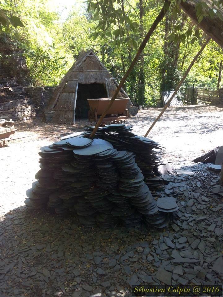 Les Pans de Travassac vous ouvrent leurs portes d'avril à novembre et vous font partager leur histoire et leurs secrets au cours de visites guidées.  Au cœur de la Corrèze, vous découvrirez l'empreinte laissée par les ardoisiers depuis le XVII° siècle.  Laissez-vous guider dans ce cadre unique à travers les 7 filons de Travassac où se marient harmonieusement minéral et végétal. La taille de l'ardoise  Sur le chantier, vous observerez le travail de l'ardoise. Un ardoisier vous montrera les gestes ancestraux (rebillage, clivage et taille), qui permettent de transformer la pierre en une ardoise à la réputation inégalée.  Partagez avec lui la passion de son métier et de l'ardoise . Une perce  Logé au cœur d'une galerie, un ancien atelier transformé en petit musée vous retracera l'histoire des ardoisiers. Il abrite de nombreux documents, outils et photos anciennes qui vous raconteront la vie d'un ardoisier de Travassac.