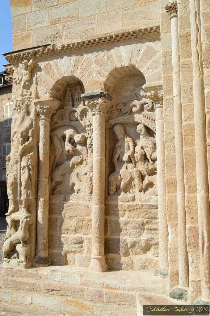 En pleine guerre de succession à la tête de l'Aquitaine, vers 855, Rodolphe de Turenne archevêque de Bourges, rallié à la cause « légitimiste » incarnée par Charles le Chauve, eut à cœur d'effectuer une fondation monastique sur ses terres familiales. Après une vaine tentative à Végennes, il se tourne vers Vellinus. Le cartulaire de l'abbaye rapporte que devant la splendeur du lieu, il ne put s'empêcher de le baptiser « Bellus Locus ». Depuis la grande abbaye de Solignac, il sollicite l'envoi d'une équipe de moines chargée de mettre en place ce nouveau monastère et participe avec sa large parentèle à l'édification du patrimoine de l'abbaye. Le monastère est consacré en 860.  Grâce aux pieuses donations des comtes de Quercy, des vicomtes de Turenne, de leurs multiples vassaux, le temporel de l'abbaye se compose du tiers du Bas-Limousin et d'une langue de l'actuel département du Lot. Dotée d'un trésor de reliques (saints Prime et Félicien), et bien qu'elle souffre de convoitises laïques, elle connaît un essor spectaculaire qui permet le développement d'un courant de pèlerinage. Beaulieu devint une étape essentielle sur les chemins unissant Limoges à Aurillac et Figeac, menant vers Conques, Moissac, Toulouse puis Compostelle. Annexée à Cluny vers 1095, elle se réforme et connaît une période favorable avec la mise en marche de reconstructions et de grands travaux. C'est le chantier de l'abbatiale et de son décor sculpté.  L'abbaye est puissante, placée sous la protection de saints populaires, située au débouché de régions fertiles, conditions sine qua non pour qu'un habitat villageois se développe. Dès la fin du XII ème siècle, un bourg se constitue tout autour des bâtiments conventuels protégés par une muraille, ponctuée de tours et bordée par un fossé. C'est l'enclos monastique. Des barris naissent hors les murs : le faubourg de la Grave, vers la Dordogne, où se trouvait l'ancien hôpital &#x3B; le barri majeur à l'emplacement du village primitif de Vellinus &#x3B; le b