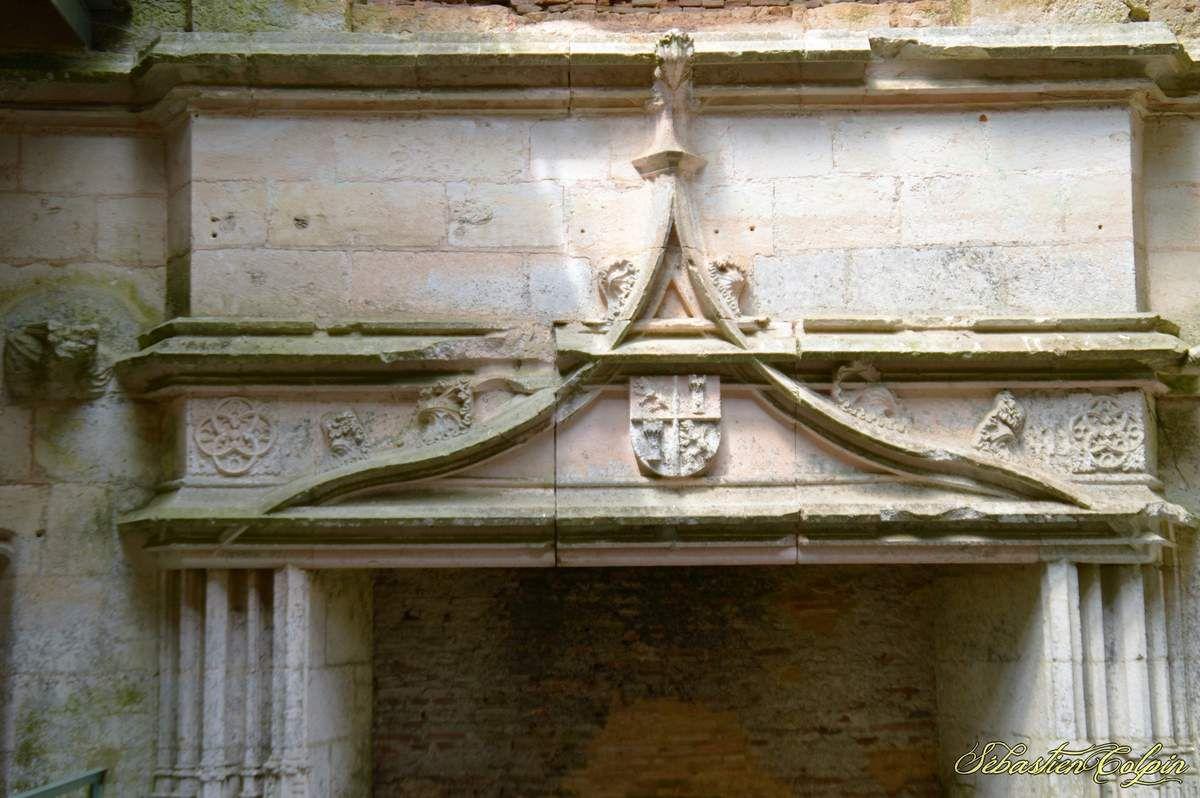"""La seigneurie de l'Herm apparaît dans les textes au XIVe siècle, suite au démembrement de la seigneurie de Reilhac. La seigneurie justicière de l'Herm, mise en place par la famille de Calvimont à l'orée du XVe siècle, s'étendait au XVIIe siècle sur les paroisses de : Rouffignac, Plazac, Milhac et Tursac. La seigneurie foncière était beaucoup plus étendue &#x3B; aux paroisses déjà citées il faut ajouter : St Léon sur Vézère, Bars, Fanlac et Fossemagne . La plus grande partie de la seigneurie de Rouffignac était tenue par la famille de Souilhac &#x3B; cependant quelques seigneurs possédaient des droits sur cette paroisse. Ainsi les Calvimont à l'Herm et au Cheylard, les Aubusson seigneurs de Miremont dans la partie sud et les Abzac seigneurs de la Douze dans la partie ouest de la paroisse.  A la fin du XVe siècle, la famille de Calvimont fait son apparition suite à son achat de la terre et seigneurie de l'Herm. C'est une famille issue du notariat &#x3B; on retrouve ainsi Jean II deuxième du nom conseiller au parlement de Bordeaux et surtout Jean III, dit """"le Second Président"""", son fils ambassadeur du roi François I er après de Charles Quint, roi d'Espagne.   La famille de Calvimont se maintient à l'Herm jusqu'en 1605, date de l'assassinat de la dernière héritière Marguerite de Calvimont, fille de Jean IV.   La mort de cette jeune femme à donné lieu à une légende : la légende la main de cire. Le XVIIe siècle est marqué par le règne de Marie de Hautefort, veuve de François d'Aubusson. En 1642, la seigneurie de l'Herm est mise en vente suite à de nombreux assassinats [ La tragédie de l'Herm ] beaucoup de familles annexes prétendaient détenir un droit sur ces terres. Il y a une adjudication en 1679 et la vente est réalisée en 1682. C'est la nièce de Marie de Hautefort (dénommée elle aussi Marie de Hautefort, et connue également sous le délicat surnom de """"l'Aurore"""") qui l'acquiert, mais elle n'habite pas le château. Celui-ci est peu à peu délaissé et abandonné par les Haut"""