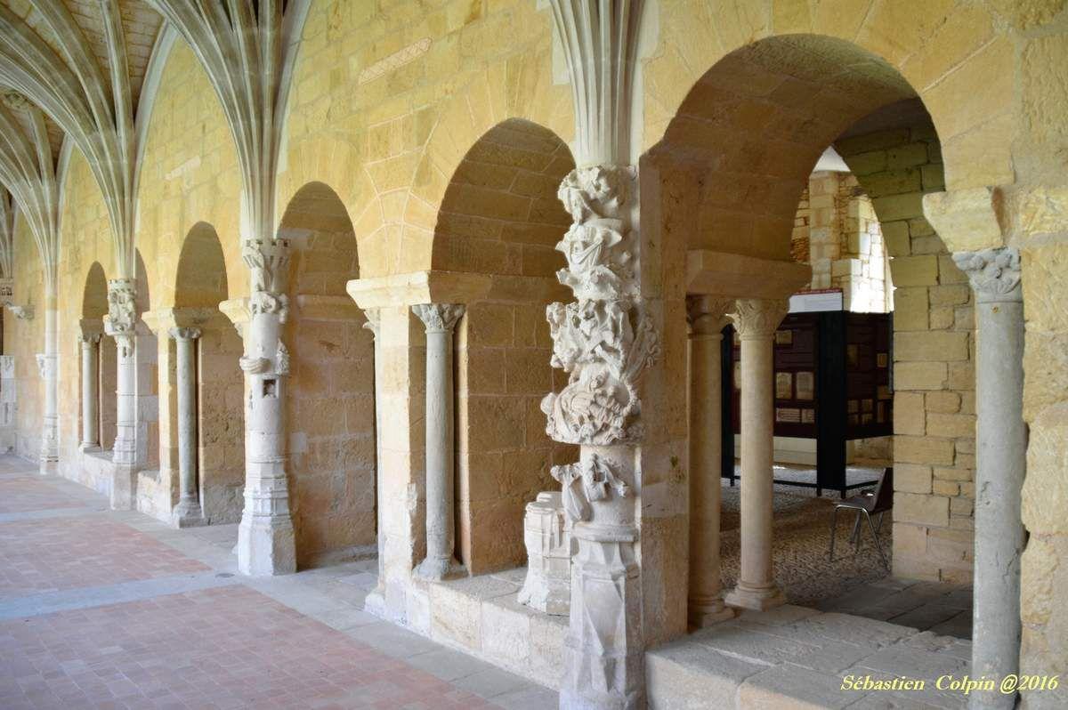 Fondée en 1115, il subsiste de cette époque l'église abbatiale, la sacristie, et la base romane des bâtiments conventuels.En 1119, la jeune abbaye de Cadouin devient cistercienne dans la filiation de l'abbaye de Pontigny, qui est elle-même l'une des quatre filles de Citeaux. Onzième abbaye rattachée à l'ordre, elle en suivra désormais la règle. Le Cloître gothique flamboyant date de la fin du XVe. L'activité monastique de Cadouin s'est interrompue en 1790 lors de la révolution.Celui qui s'arrête à Cadouin prendra tout son temps pour voir, dans le cloître le soleil dessiner au pochoir des arabesques de lumière sur le sol des galeries. Près de dix siècles d'histoire flottent ici et font de Cadouin un endroit universel, immuable et serein.Lieu de tournage de nombreux films et téléfilms.