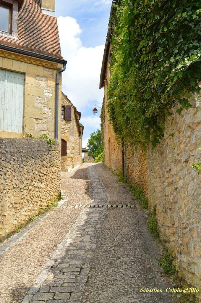 Le petit village de Beynac en Périgord, l'un des plus beaux villages de France, s'accroche au rocher percé de cavernes, l'entourant de ses ruelles hantées par un passé millénaire. Il faut aller chercher dans le silence de ses pierres les réponses aux questions que l'on se pose quant à nos racines et découvrir le temps ou les paysans, tisserands et vanniers, pêcheurs et gabarriers, animaient la vie des campagnes et des bords du fleuve Dordogne.  Rivière, village et château : tel est le trio magique de la rencontre de Beynac, depuis ses origines jusqu'à nos jours. La forteresse médiévale a succédé aux civilisations qui ont habité le plateau calcaire, situation unique  pour surveiller et contrôler cet axe de circulation et d'invasions.