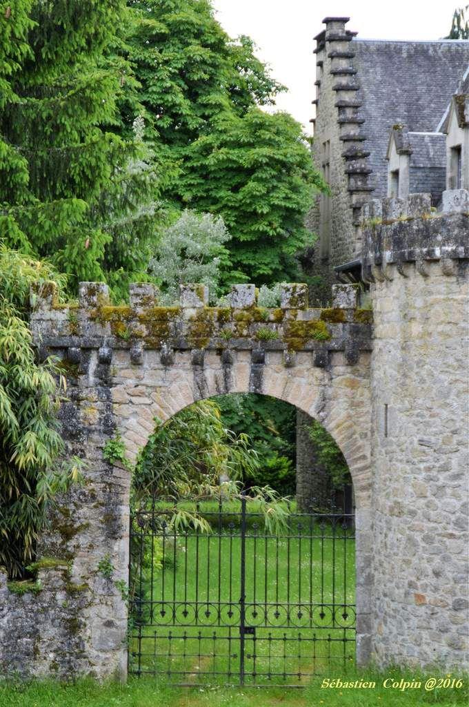 Balade improvisée autour de nos villages et de surprenantes découvertes à Favars. Château de Favars, propriété privée en vente actuellement...