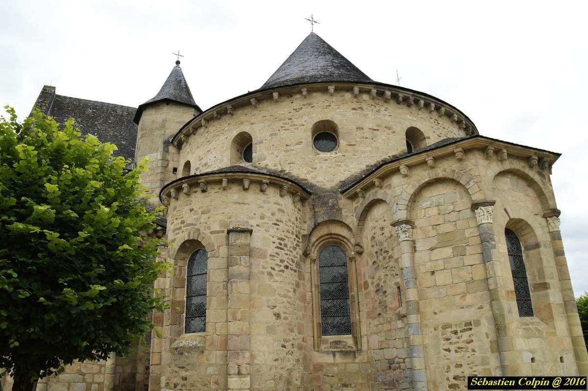 Elle existait dès le VIe siècle et aurait été réédifiée par Arédius ou saint Yrieix, qui la cite dans son testament en 572.  Comme beaucoup d'abbayes et d'églises, elle fut dévastée au cours des incursions des Vikings au ixe siècle puis relevée.  C'est une abbaye bénédictine.  Elle est soumise à l'abbaye de Solignac au début du XIe, vers 1030, puis à Saint-Martial de Limoges de 1082 à 1230. En 1082, Géraud de Lestrade envoyé par Saint Martial de Limoges est nommé Abbé. Le chroniqueur du XIIe siècle, Geoffroy du Breuil, chanoine de Saint-Martial de Limoges est aussi prieur de Saint-Pierre de Vigeois.  En 1635, en conséquence du concile de Trente, l'abbaye bénédictine Saint-Pierre du Vigeois s'unit à la Congrégation des Exempts de la Province de Guyenne.  L'arrêté royal du 7 novembre 1745 abbaye l'unit au Séminaire des Ordinants de Limoges.  Par décret de l'Assemblée Constituante daté du 13 février 1790 elle est supprimée. Guerres et destructions L'abbaye est détruite par un incendie vers 1070.  Elle a été saccagée durant la guerre de Cent Ans et en 1489 l'évêque de Limoges ordonne sa reconstruction.  En 1590 les Protestants mettent le feu à la nef.  Elle est victime d'un nouvel incendie en 1705.L'église est un des plus beaux exemples d'architecture romane en Bas Limousin. Elle a été classée Monument Historique le 12 juillet 1886. L'église abbatiale fut construite au XIe et XIIe siècles. Le chœur avec chapelles rayonnantes et le transept étaient terminés en 1124. La nef est moderne.  Les sculptures des chapiteaux et des modillons sont remarquables. En effet, le toit de l'abside et des chapelles repose sur une corniche soutenue par des modillons sculptés de personnages.  L'accès aux combles se fait par deux tourelles situées de part et d'autre de l'abside qui contiennent les escaliers.  Le clocher qui se situe au-dessus du bras nord du transept est desservi par une porte d'entrée polylobée et ornée des deux statues de Saint Pierre et Saint Paul.  La nef est reconstruit
