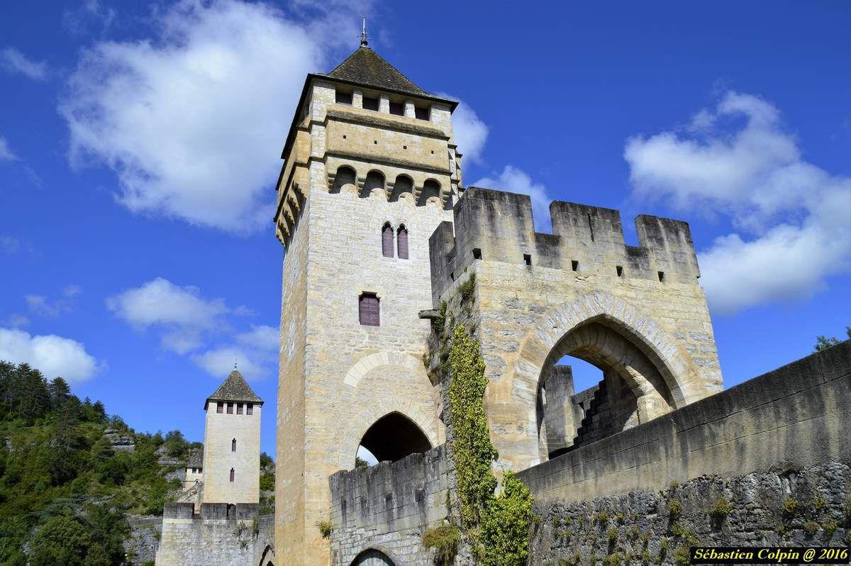 Le pont Valentré (en occitan pont de Balandras), également appelé pont du Diable, est un pont fortifié du XIVe siècle franchissant le Lot à l'ouest de Cahors, en France. Il offre aujourd'hui, avec ses trois tours fortifiées et ses six arches précédées de becs aigus, un exemple de l'architecture de défense du Moyen Âge.  Le pont Valentré est classé au titre des monuments historiques par la liste de 1840 et depuis 1998 au patrimoine mondial de l'UNESCO, au titre des chemins de Saint-Jacques-de-Compostelle en France. Depuis 2012, avec le viaduc de Millau, le pont du Gard, le pont du Diable et le viaduc de Garabit, il fait partie des ponts remarquables du Sud de la France. Construit aux temps des guerres franco-anglaises, le pont Valentré, par lequel on pénètre, mais seulement à pied, toujours dans la ville de Cahors, constitue un exemple rare d'architecture militaire française de cette époque, et l'un des plus beaux ponts médiévaux fortifiés subsistant encore.  Il fut décidé par les consuls de la ville en 1306, et la première pierre fut posée le 17 juin 1308. Il avait une fonction de forteresse, destinée à défendre la ville contre les attaques en provenance du sud. Toutefois, ni les Anglais, ni Henri IV ne l'attaquèrent.  En dos-d'âne, long de 138 mètres, avec six grandes arches ogivales gothiques de 16,50 mètres, ce pont est flanqué d'avant-becs crénelés et surmonté de trois tours carrées à créneaux et mâchicoulis dominant l'eau de 40 mètres. Deux barbacanes protégeaient son accès, mais seule celle du côté de la ville (à l'Est) a été conservée.  La construction devait entraîner la création d'un second axe commercial est-ouest, qui était jusqu'alors nord-sud. La ville subit ainsi une importante modification qui allait se répercuter sur toute la cité. Le pont était protégé spirituellement par une chapelle dédiée à la Vierge dans le châtelet occidental.  Il fut achevé en 1378, son aspect initial a été sensiblement modifié au cours des travaux de restauration entrepris en