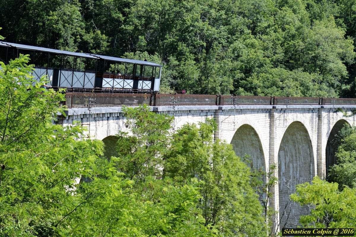 Vous sortez du hall voyageurs, et, selon le jour et l'horaire, une magnifique locomotive à vapeur ou un puissant diesel se trouve à la tête du train près de la gare de Martel, prêt à vous transporter dans un voyage fantastique.  Un voyage de 13 Km aller-retour, à plus de 80 mètres de haut en corniche, à la découverte de la Vallée de la Dordogne et de ses admirables panoramas.