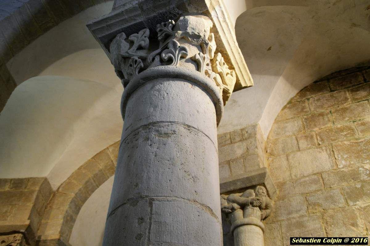 """Saint Robert, commune rurale et artisanale de 608 hectares, se situe dans l' Yssandonnais aux confins du Périgord et du Limousin, au sud-ouest de la Corrèze. Sur son promontoire calcaire, il culmine à 350 mètres d'altitude. Il est inscrit à l'association des Plus Beaux Villages de France depuis 1982. Village médiéval qui changea 3 fois de nom : MUREL, SAINT ROBERT et MONT-BEL-AIR pendant la Révolution. Il doit son nom à l'ermite prédicateur Robert de Turlande mort en 1067, fondateur de la Chaise-Dieu. Un de ses disciples créa en 1122 un prieuré grâce à Archambaud de Comborn ainsi qu'à sa femme, fille du Vicomte de Limoges. Le prieur était seigneur justicier de Saint Robert, de Pinsac """"consistant en maisons, granges, eaux et prés, bois de châtaigniers, champs, terres labourables et vignes"""" (Arch. Corrèze, Fds Clément.Simon, 6F, n°106).  De 1790 à 1801 Saint-Robert est un chef-lieu de canton comprenant les communes de Segonzac, Boisseuil, Theillot, Coubjours, Louignac."""