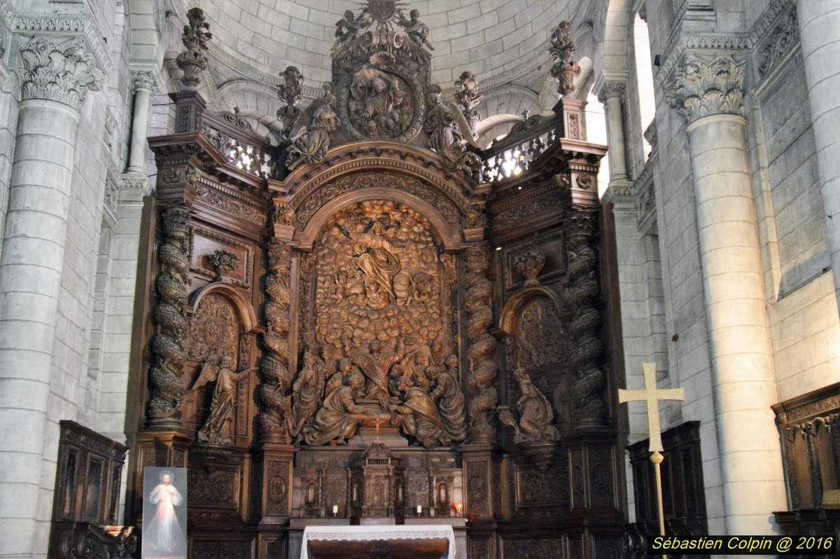 La cathédrale Saint-Front est une cathédrale catholique romaine, siège du diocèse de Périgueux et Sarlat. Située dans le centre-ville de Périgueux, elle est classée monument historique depuis 1840 et au Patrimoine mondial en 1998, au titre des chemins de Saint-Jacques-de-Compostelle en France.  Remontant dans ses premiers jours aux ive et ve siècles, l'édifice fut d'abord une église, puis une abbaye avant de prendre le titre de cathédrale au xvie siècle, à la suite du sac par les Huguenots de l'ancien siège épiscopal, l'église Saint-Étienne-de-la-Cité. Restaurée par Paul Abadie durant la seconde moitié du xixe siècle, la cathédrale Saint-Front a, comme la basilique Saint-Marc de Venise, son plan en forme de croix grecque et ses cinq coupoles sur pendentifs qui rappellent la structure de l'église des Saints-Apôtres de Constantinople. L'édifice, d'abord église abbatiale, a pris le nom de celui qui fut, selon la légende, le premier évêque de Périgueux : saint Front.