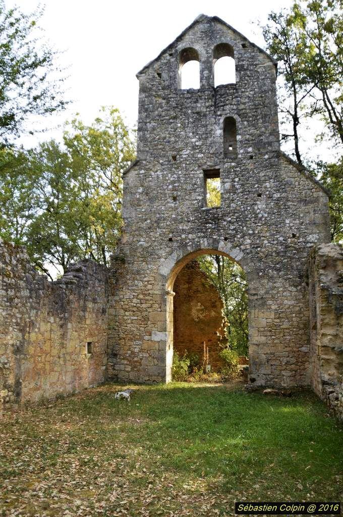De l'église du Cheylard, édifiée au XIème-XIIème siècle et dédiée à Saint-Barthélémy, il ne reste que des pans de murs de la nef, l'amorce du porche d'entrée, et au fond, se détachant encore des tas de pierres, les restes d'un choeur voûté en arêtes de poisson et ceux du mur extérieur rectangulaire. Mais le clocher-mur à deux ouvertures campanaires et supporté par un arc en plein cintre a mieux résisté au temps. A lui seul, il justifie une « restauration-consolidation » ! En réalité, beaucoup plus que de sauver une église romane de plus, il s'agit de garder le vestige le plus important de notre patrimoine, le seul à témoigner de la naissance de la commune au Moyen-Âge et rappeler – en négatif – que l'église perdit son statut d'église paroissiale en 1724 au profit de la nouvelle chapelle des Farges. Le déclin s'ensuivit irrémédiablement et de l'église et du village. Sauver cette église c'est préserver un environnement où histoire et paysage participent à la beauté du lieu, et surtout c'est restituer aux habitants des Farges un lieu de mémoire, le plus ancien et le plus important.